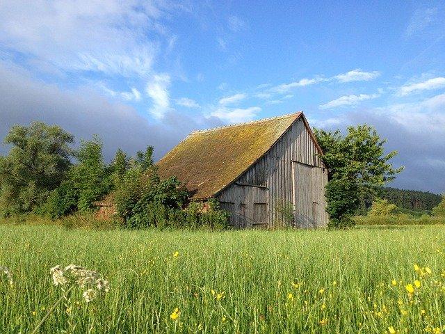 Dach z blachy na rąbek – poznaj jego cechy i zalety